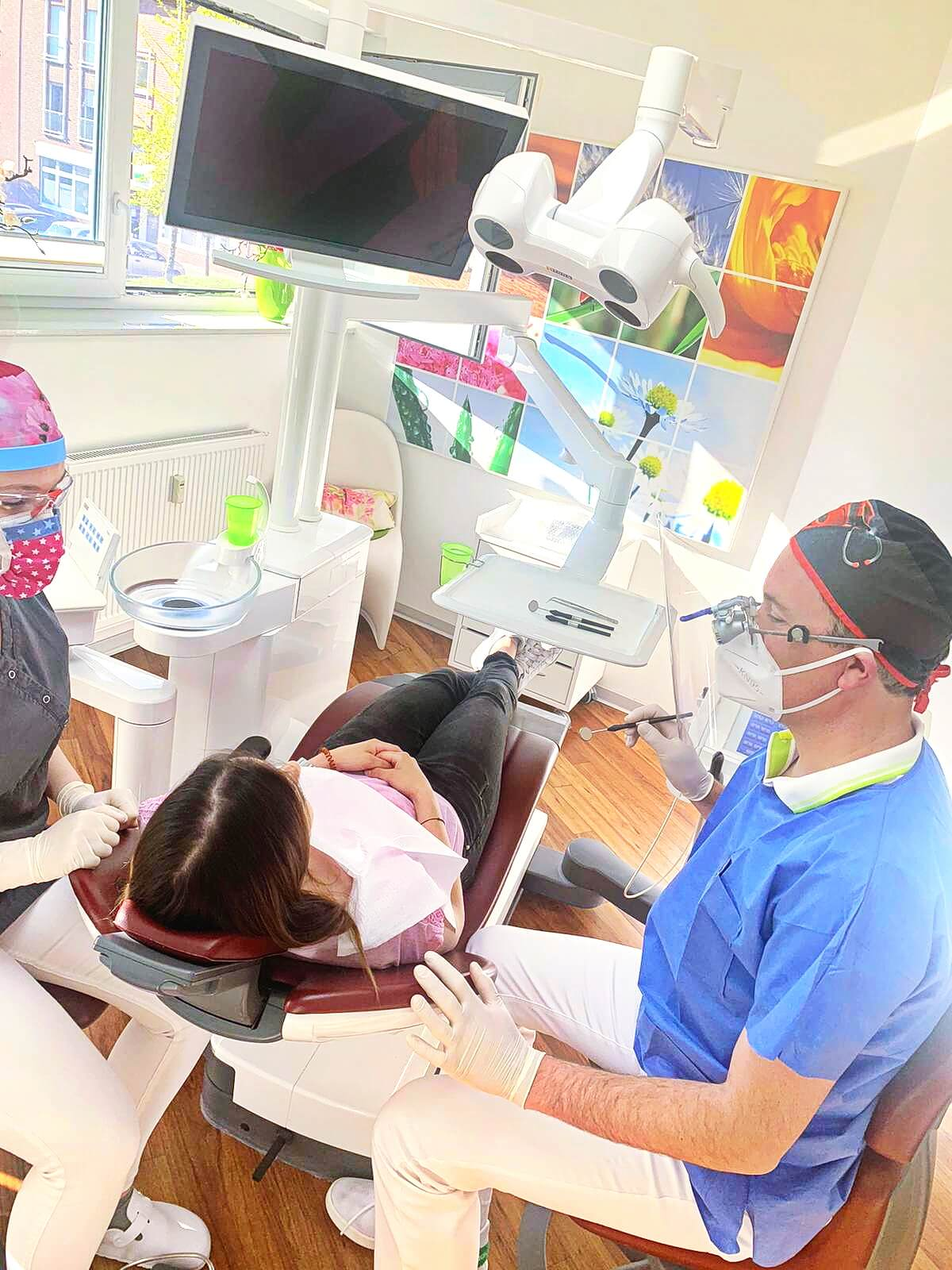 Als Teil der medizinischen Grundversorgung in Ennigerloh und im Kreis Warendorf trägt unter anderem das Zahnzentrum mit seinen beiden Praxen in Ennigerloh und Westkirchen dazu bei, dass Patienten auch in diesen unsicheren Zeiten die notwendige gesundheitliche Aufmerksamkeit erhalten